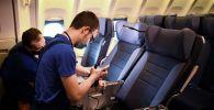 Сотрудники компании проводят обслуживание в салоне самолета. Архивное фото