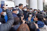Бишкектик мэриянын алдында Азиз Суракматов эл менен сүйлөшү турат