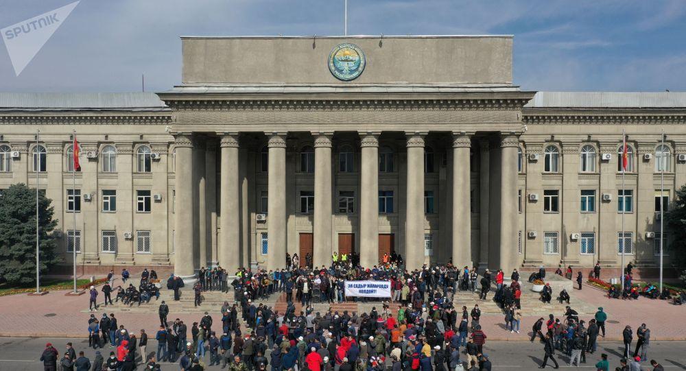 Ситуация у дома правительства в Бишкеке