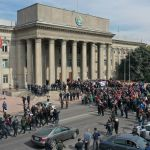 8 октября возле Дома правительства произошла потасовка между двумя группами людей — одни выступили в поддержку Садыра Жапарова, другие требовали люстрации чиновников