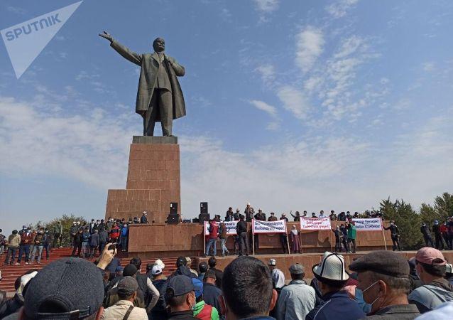Сторонники Сооронбая Жээнбекова на центральной площади города Ош. 08 октября 2020 года
