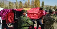 Бишкекте митингден кийинки кагылышуудан каза болгон Үмүтбек Алтынбек уулунун сөөгү кичи мекени Баткен облусунда жерге берилди