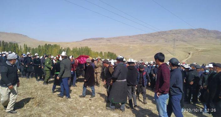 В Баткенской области прошли похороны Умутбека Алтынбек уулу, погибшего после событий 5 октября на площади Ала-Тоо в Бишкеке