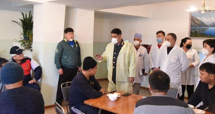 И.о. главы МВД Курсан Асанов посетил милиционеров в ведомственном госпитале, раненных во время беспорядков в столице