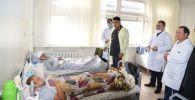 Ички иштер министринин милдетин аткаруучу жана Бишкек шаарынын коменданты Курсан Асанов массалык башаламандык учурунда жарадар болгон кызматкерлердин акыбалын көрдү