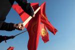 Люди с флагами Кыргызской Республики в Бишкеке. Архивное фото