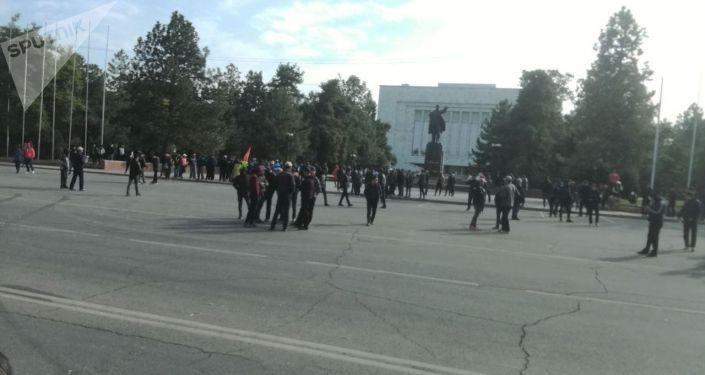 Ситуация возле дома правительства в Бишкеке после митингов и беспорядков вызванных результатами парламентских выборов