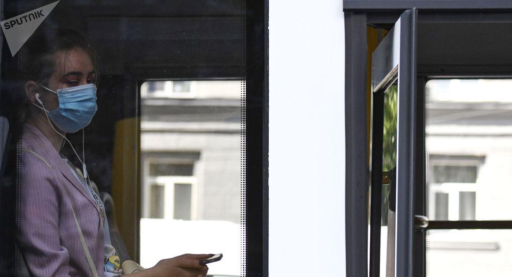 Девушка в медицинской маске в салоне автобуса. Архивное фото