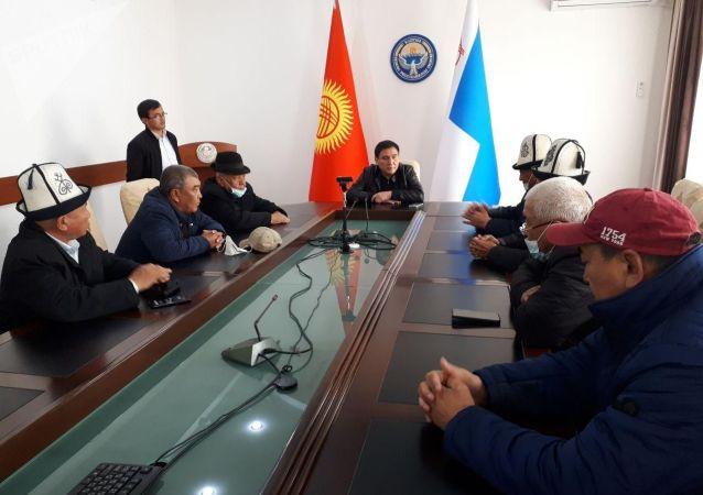 Мэр Оша Таалайбек Сарыбашов встречается с аксакалами на своем рабочем месте после парламентских выборов. 9 октября 2020 года