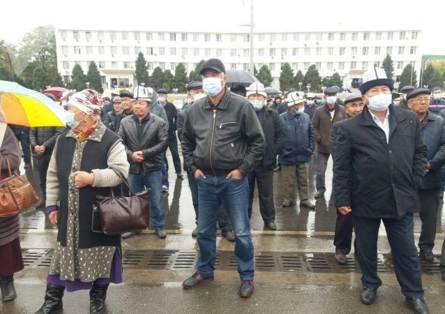 Митинг в поддержку Сооронбая Жээнбекова на центральной площади города Ош, после беспорядков вызванных результатами парламентских выборов