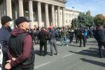 Митинг сторонников Садыра Жапарова возле дома правительства в Бишкеке, после беспорядков вызванных результатами парламентских выборов