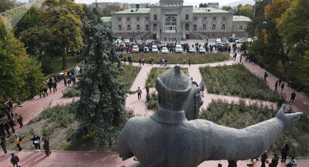 Митинг сторонников партии Ата-Мекен возле железнодорожного вокзала в Бишкеке