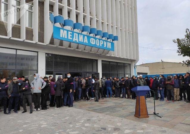 Митинг сторонников партии СДПК возле здания форума в Бишкеке, после беспорядков вызванных результатами парламентских выборов