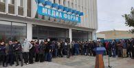 Митинг сторонников партии СДПК возле здания форума в Бишкеке
