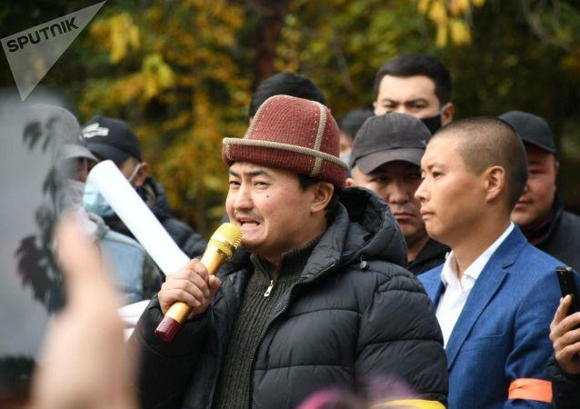Митинг сторонников партии Ата-Мекен возле железнодорожного вокзала в Бишкеке, после беспорядков вызванных результатами парламентских выборов