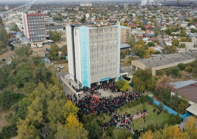 Вид с высоты на митинг сторонников партии СДПК возле здания форума в Бишкеке, после беспорядков вызванных результатами парламентских выборов. 09 октября 2020 года