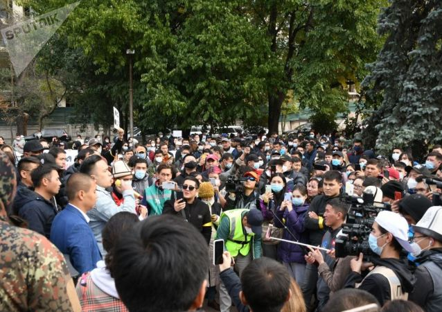 Митинг сторонников партии Ата-Мекен и Реформа возле железнодорожного вокзала в Бишкеке, после беспорядков вызванных результатами парламентских выборов