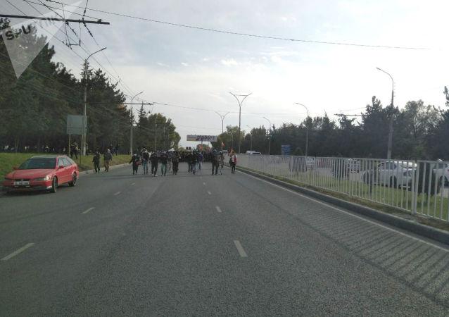 Сторонники бывшего президента КР Алмазбека Атамбаева выдвигаются из здания форума в Белый дом
