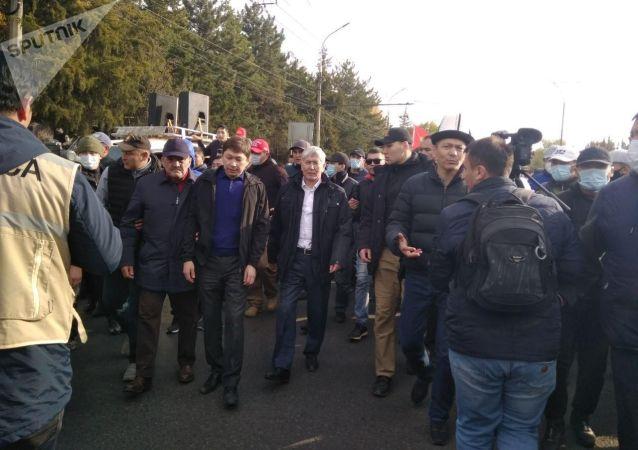 Бывший президент КР Алмазбека Атамбаева вместе с сторонниками выдвигаются из здания форума в Белый дом
