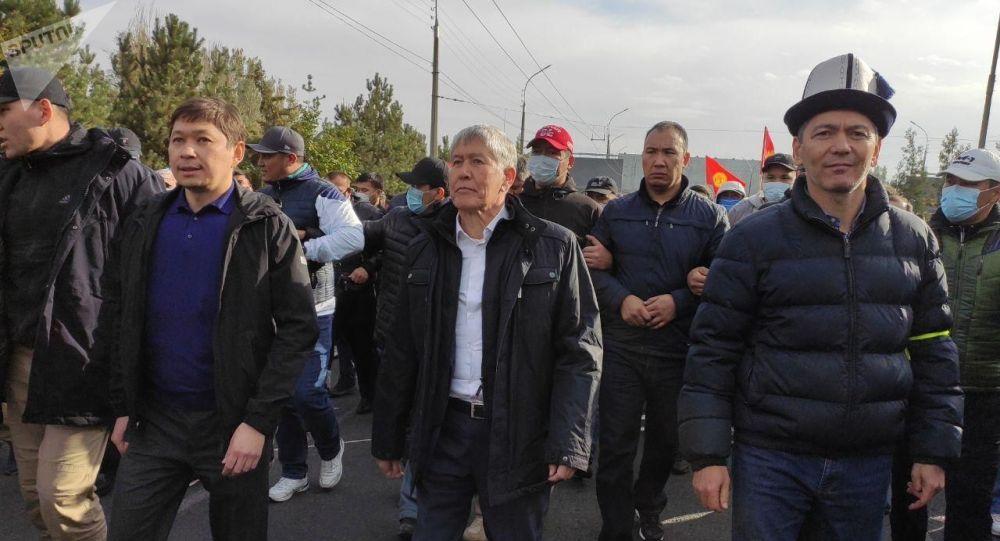 Алмазбек Атамбаев, Сапар Исаков, Омурбек Бабанов колонна менен бара жатышат
