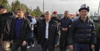 Алмазбек Атамбаев, Сапар Исаков, Омурбек Бабанов и их сторонники направляются из здания форума в Белый дом