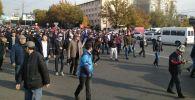 Сторонники бывшего президента КР Алмазбека Атамбаева направляются из здания форума в Белый дом