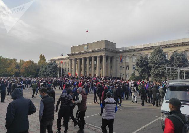 Митингующие, сторонники Садыра Жапарова во время намаза возле дома правительства в Бишкеке. 09 октября 2020 года