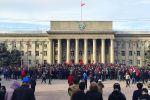 Митингующие, сторонники Садыра Жапарова во время намаза возле дома правительства в Бишкеке