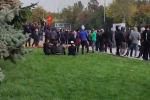 Бишкекте экинчи митинг өкмөт үйүнүн алдында өтүп жатат. Ал жерде премьер-министрликке талапкер Садыр Жапаровдун тарапташтары турат.