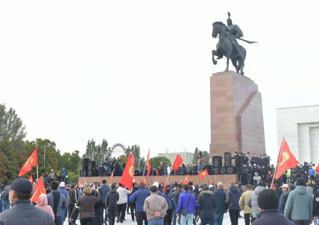 Митингующие на площади Ала-Тоо в Бишкеке. 09 октября 2020 года