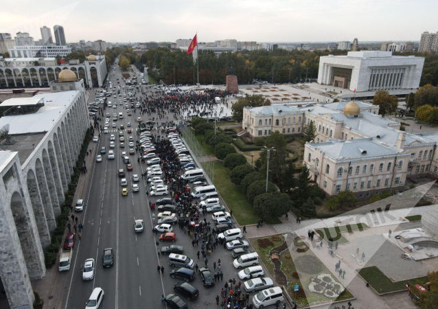 Митингующие в центре города Бишкек. 09 октября 2020 года
