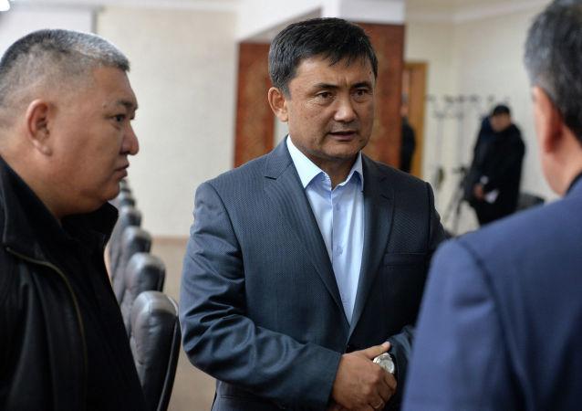 Новоназначенный начальник Генерального штаба Вооруженных Сил КР Таалайбек Омуралиев во время встречи с президентом Сооронбаем Жээнбековым