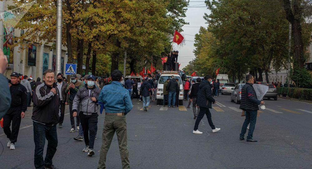 Митинг сторонников Алмазбека Атамбаева и Омурбека Бабанова