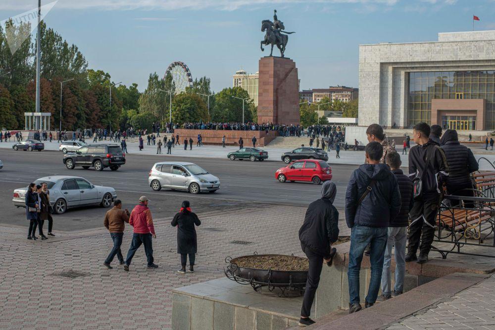 Митинг сторонников Алмазбека Атамбаева и Омурбека Бабанова против ОПГ на площади Ала-Тоо в Бишкеке