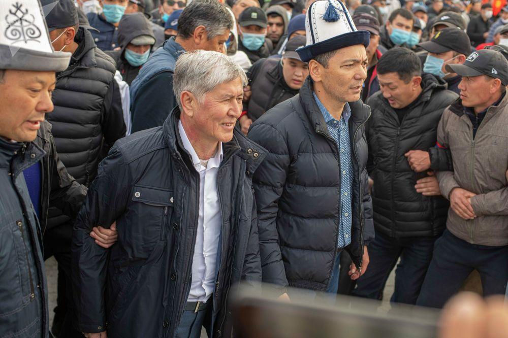 Бывший президент Кыргызстана Алмазбек Атамбаев и экс-премьер-министр Омурбек Бабанов на митинге сторонников на площади Ала-Тоо в Бишкеке