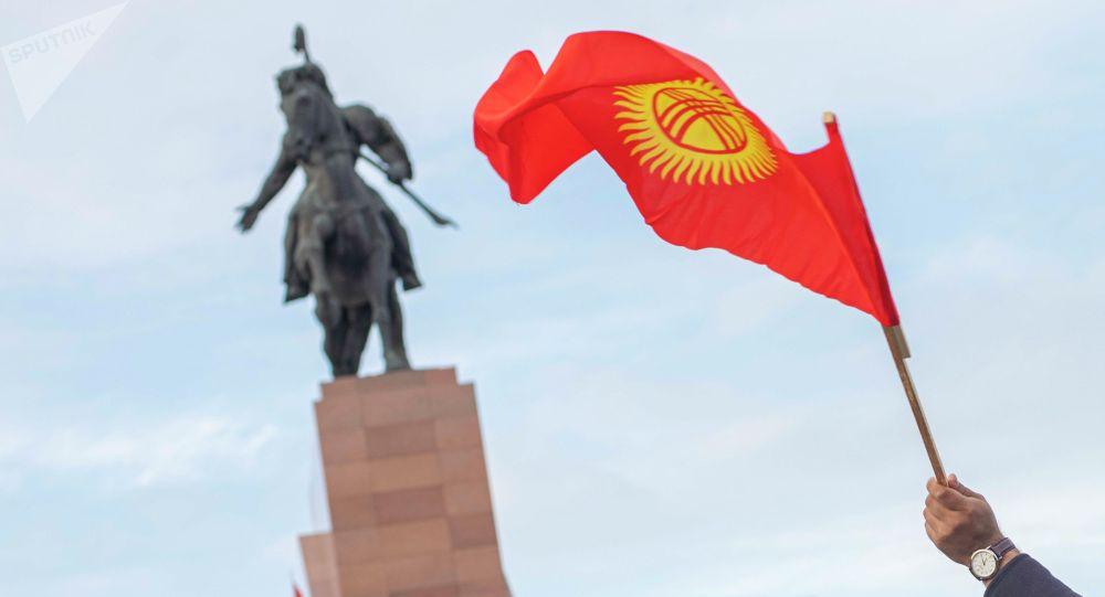 Флаг Кыргызстана на фоне памятника Манасу. Архивное фото