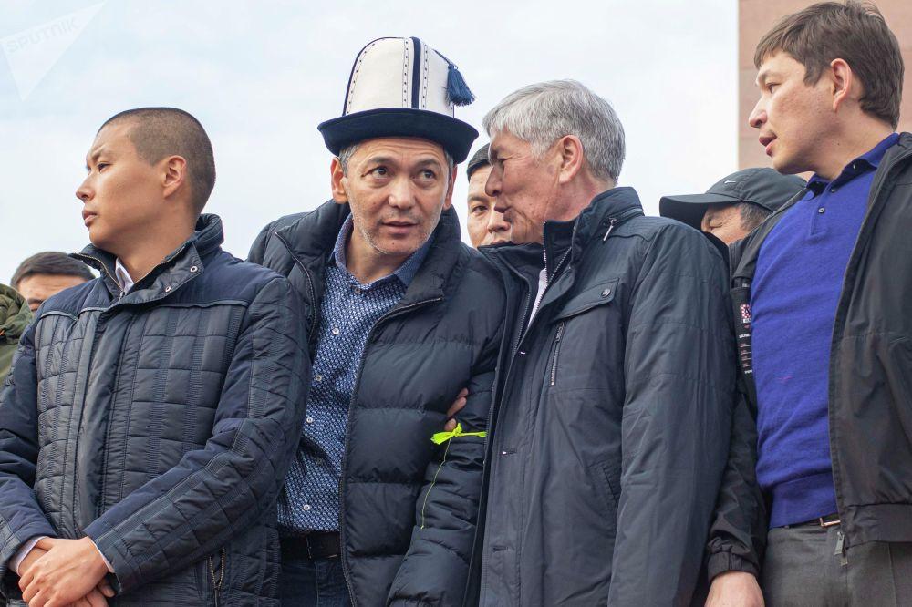 Бывший президент Кыргызстана Алмазбек Атамбаев, бывший депутат ЖК Омурбек Бабанов, бывший премьер-министр Сапар Исаков и член партии Ата-Мекен Тилек Токтогазиев на митинге сторонников и против ОПГ на площади Ала-Тоо в Бишкеке
