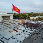 Вид с дрона на митинг сторонников Алмазбека Атамбаева и Омурбека Бабанова против ОПГ на площади Ала-Тоо в Бишкеке