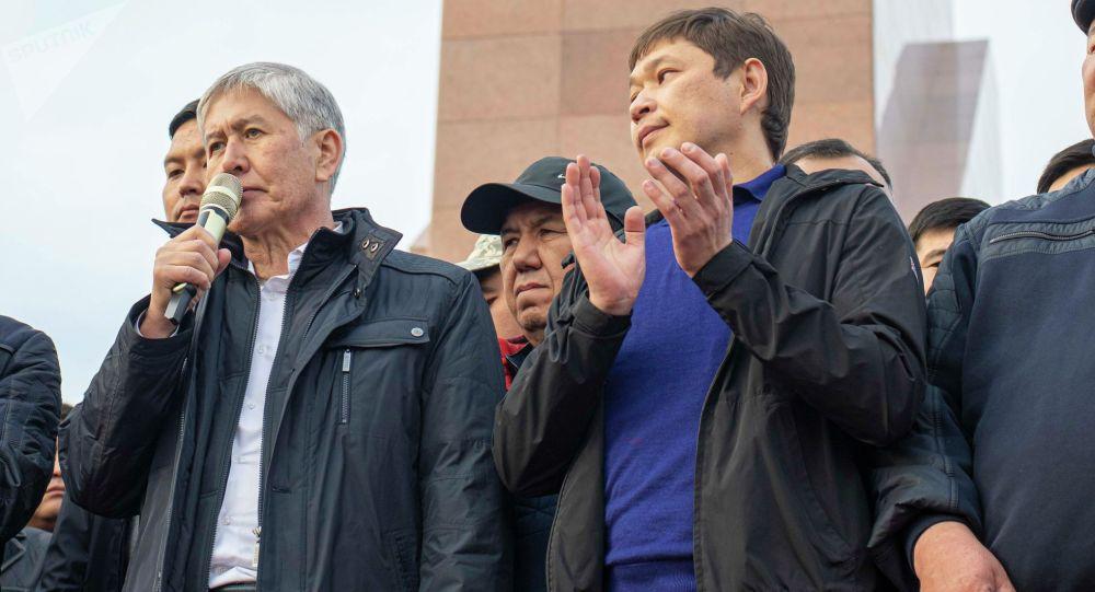 Мурдагы президент Алмазбек Атамбаев Ала-Тоо аянтындагы митинг учурунда
