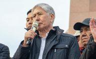 Бывший президент Кыргызстана Алмазбек Атамбаев и бывший премьер-министр Сапар Исаков на митинге сторонников и против ОПГ на площади Ала-Тоо в Бишкеке. Архивное фото