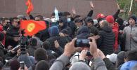 В Бишкеке 9 октября прошло сразу несколько митингов и столкновение между их участниками. С чего все началось и как закончилось, смотрите в видео Sputnik Кыргызстан. В видео мы собрали подборку о главных событиях минувшей пятницы.