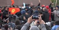 Ушу тапта Бишкекте абал тынч. Буга чейин эки жерде чогулган митингчилер тарады. Ал ортодо мамлекеттик резиденцияга аскер техникасы баратканы айтылды.