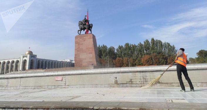 Сотрудники Тазалык во время уборки на площади Ала-Тоо в Бишкеке. 10 октября 2020 года