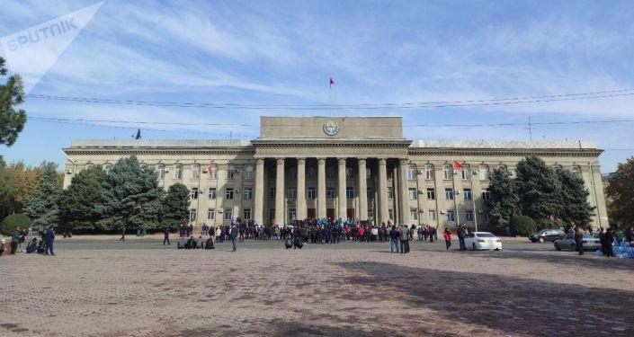Сторонники Садыра Жапарова на старой площади в Бишкеке