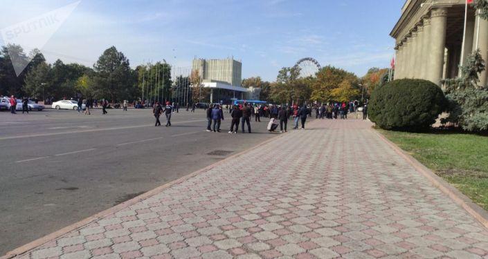 Митингующие, сторонники Садыра Жапарова у дома правительства в Бишкеке. 10 октября 2020 года
