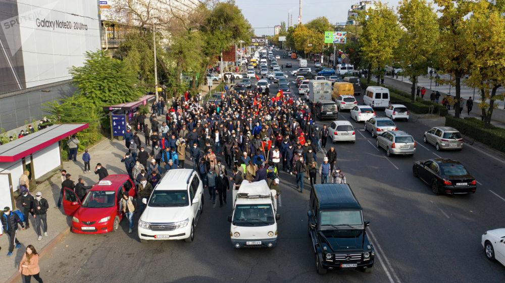 После митинга колонна сторонников Алмазбека Атамбаева и Омурбека Бабанова выдвинулись в сторону площади Ала-Тоо