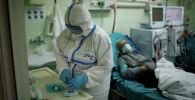 Медицинский работник в отделении клинической больницы. Архивное фото