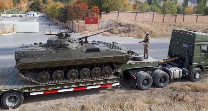 Военная техника близ резиденции  президента КР около Бишкека