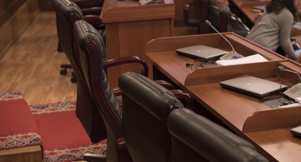 Рабочее место депутатов в Жогорку Кенеше