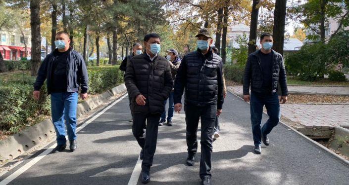 Мэр Бишкек Азиз Суракматов вместе с вице-мэром по вопросам ЖКХ Алымбеком Абдылдаевым и руководителями городских служб обошли пострадавшие улицы и кварталы, предварительно подсчитали ущерб